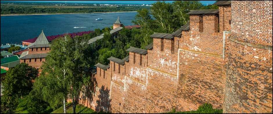 Нижегородский_кремль_-_стена_между_Часовой_и_Ивановской_башнями